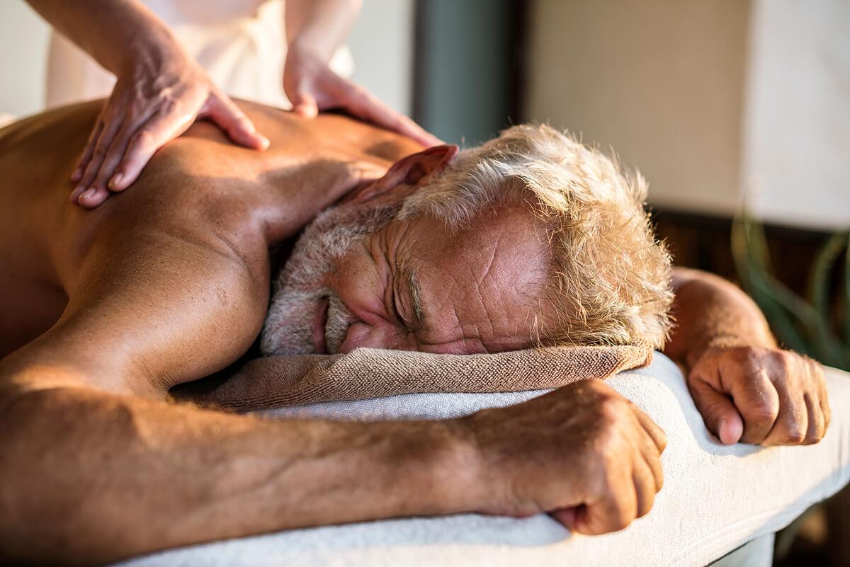klasická masáž zad muž senior