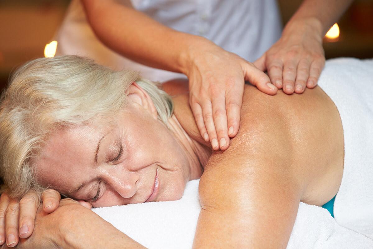 klasická masáž zad žena senior